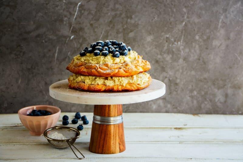 Очень вкусный торт Pavlova стоковые изображения