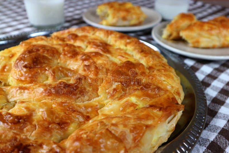 Очень вкусный традиционный домодельный завтрак banica стоковая фотография