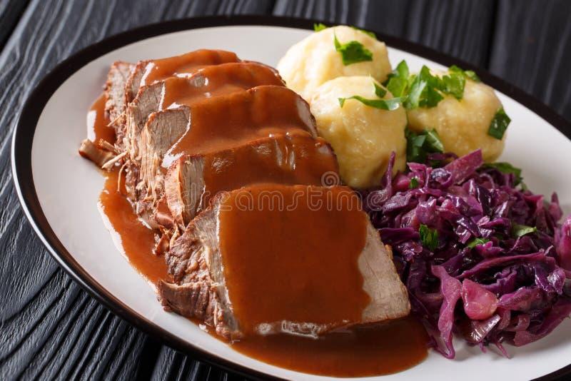 Очень вкусный традиционный немецкий обедающий медленно потушенное Sauerbraten - стоковое фото