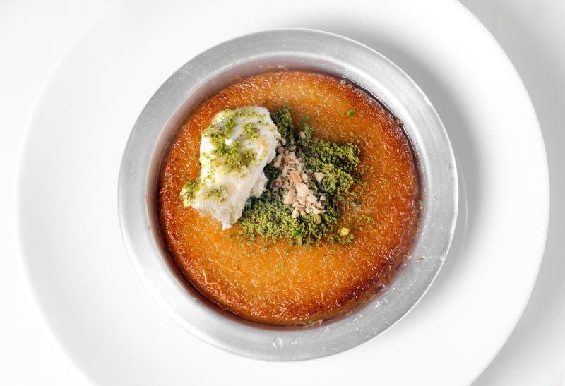 Очень вкусный традиционный турецкий десерт Kunefe с фисташкой Powd стоковое изображение