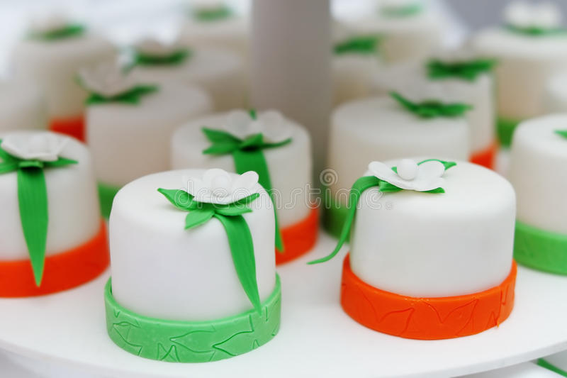 Очень вкусный цветастые пирожные стоковая фотография rf