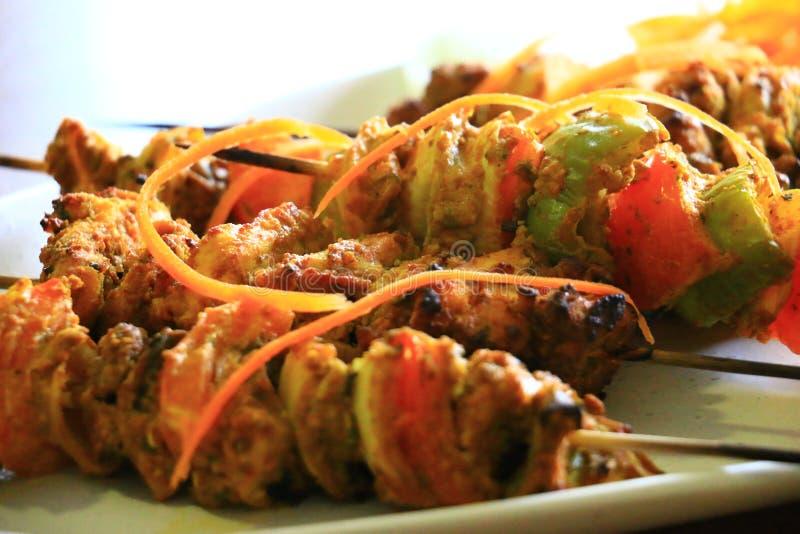 Очень вкусный цыпленок Tikka и Vegetable tikka служили в белой плите Блюдо цыпленка стоковые фото