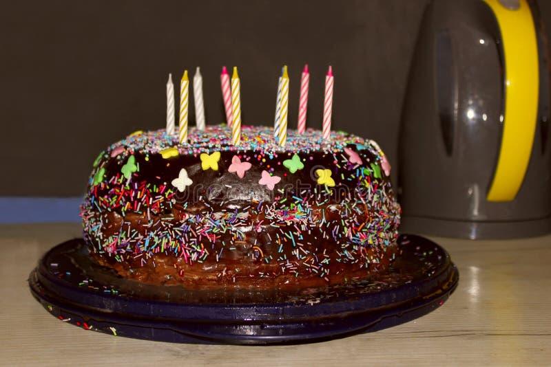 Очень вкусный шоколадный торт на синей плите стоковая фотография rf