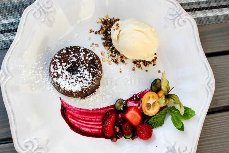 Очень вкусный шоколадный торт с мороженым и ягодами весной 2019 стоковое изображение rf