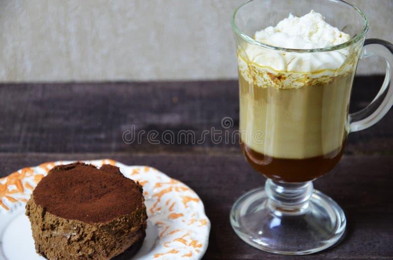 Очень вкусный шоколадный торт с coffe на плите Темная предпосылка стоковое фото