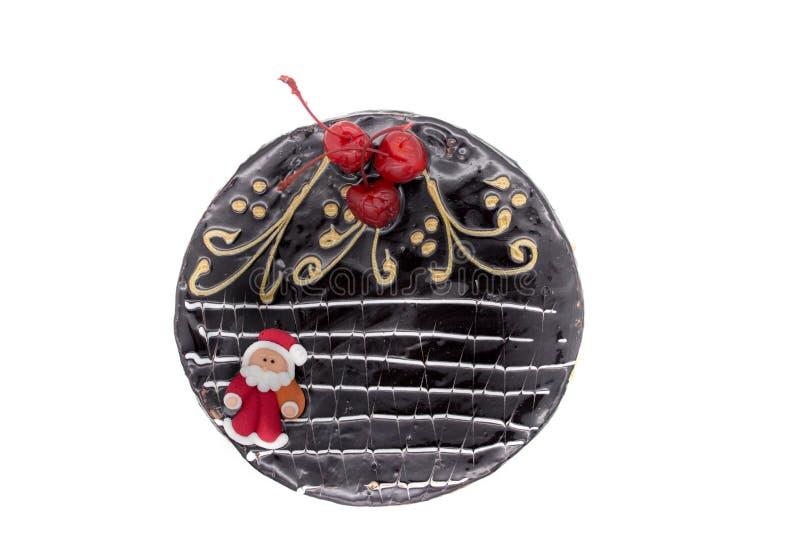 Очень вкусный шоколадный торт, украшенные вишни, и сахар Санта и хрустящие гайки, изолированные на белой предпосылке Торт с экзем стоковые фотографии rf