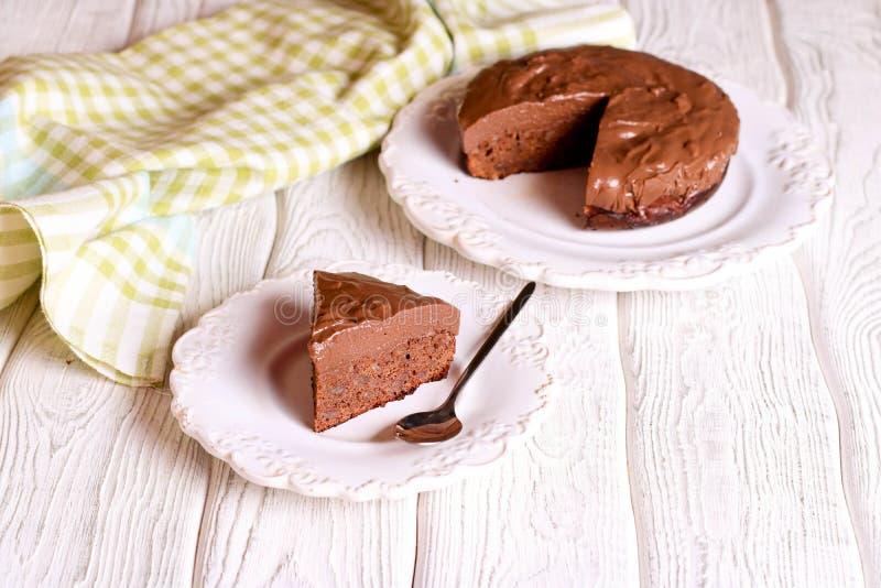 Очень вкусный шоколадный торт на плите на таблице на светлой предпосылке стоковое изображение
