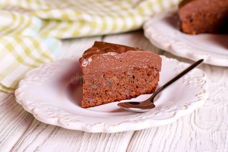 Очень вкусный шоколадный торт на плите на таблице на светлой предпосылке стоковые изображения