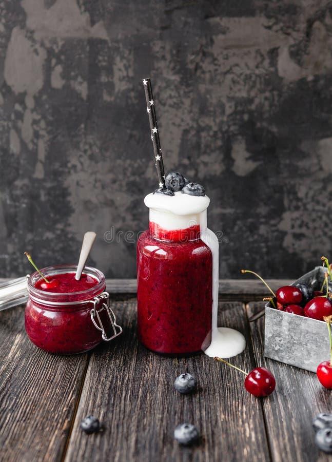 Очень вкусный smoothie вытрезвителя в бутылке и опарнике на деревенском стоковое фото rf
