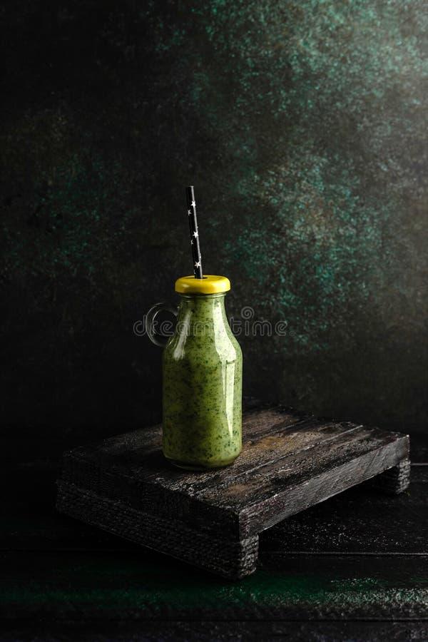 Очень вкусный smoothie вытрезвителя в бутылке с крышкой на деревенском стоковая фотография rf