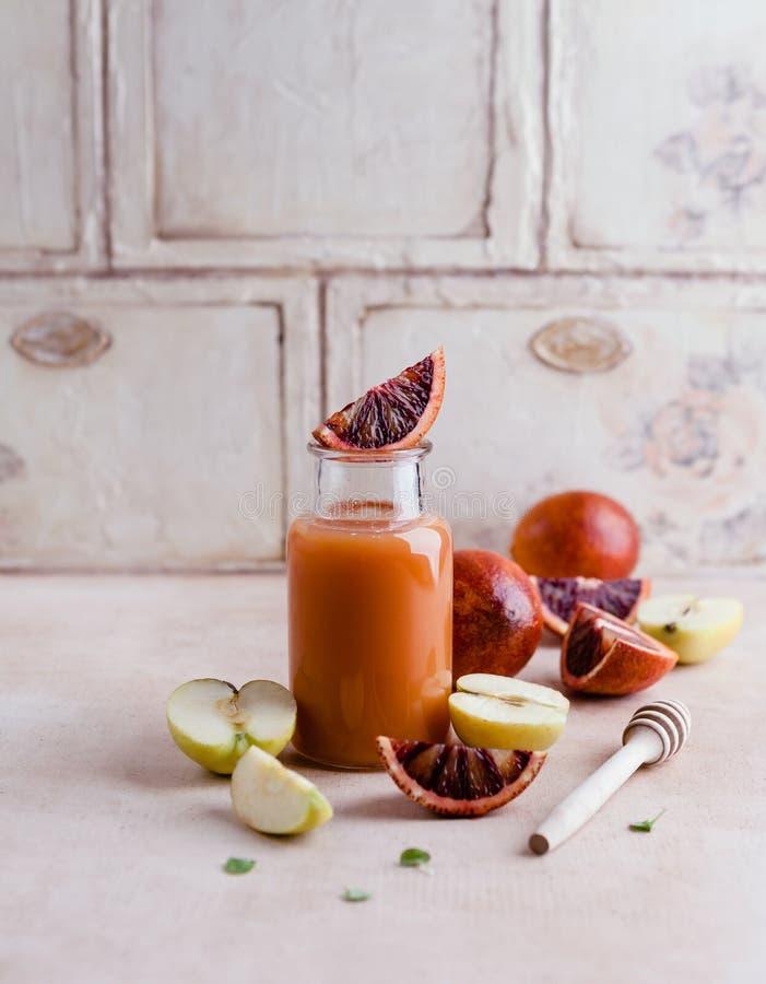 Очень вкусный smoothie вытрезвителя на деревенской деревянной доске с апельсинами крови стоковое фото