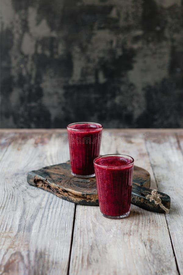 Очень вкусный smoothie голубики вытрезвителя в стеклах на деревенском стоковое изображение