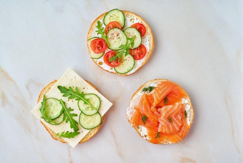 3 очень вкусных открытых сэндвича с семгами, томатами, огурцом стоковое изображение