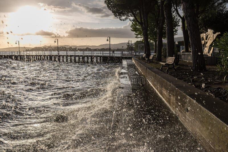 Очень волны прилива брызгая на озере подпирают, с comi падений стоковое фото rf