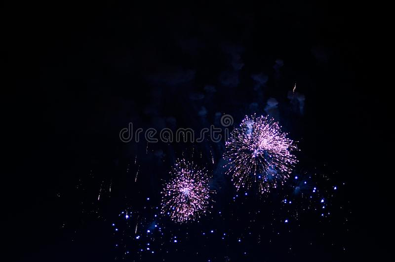 Очень дешевый фейерверк над городом, фиолетовым стоковое изображение rf