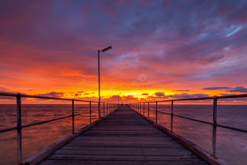 Очень драматический заход солнца над молой Noarlunga порта стоковое фото rf