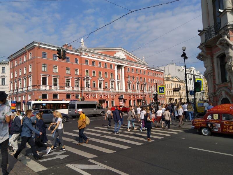 Очень занятая улица Санкт-Петербурга на разбивочном городе стоковое фото