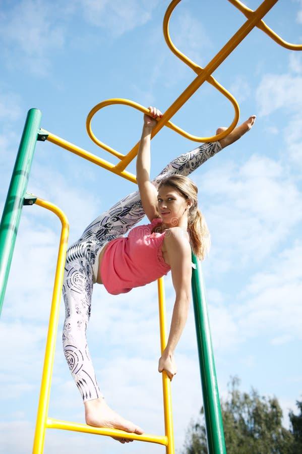 Очень изгибчивая атлетическая молодая женщина стоковая фотография