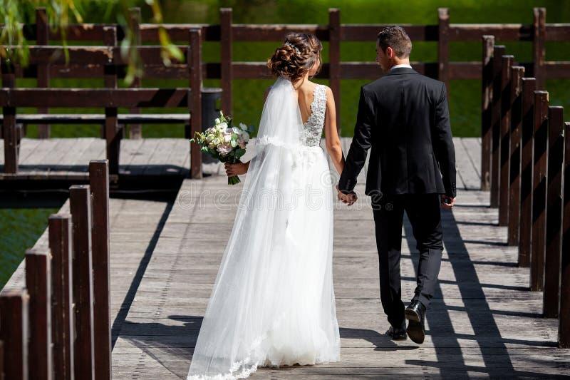 Очень красивая свадьба изумительная пара Милая невеста и стильные холят стоковое фото rf