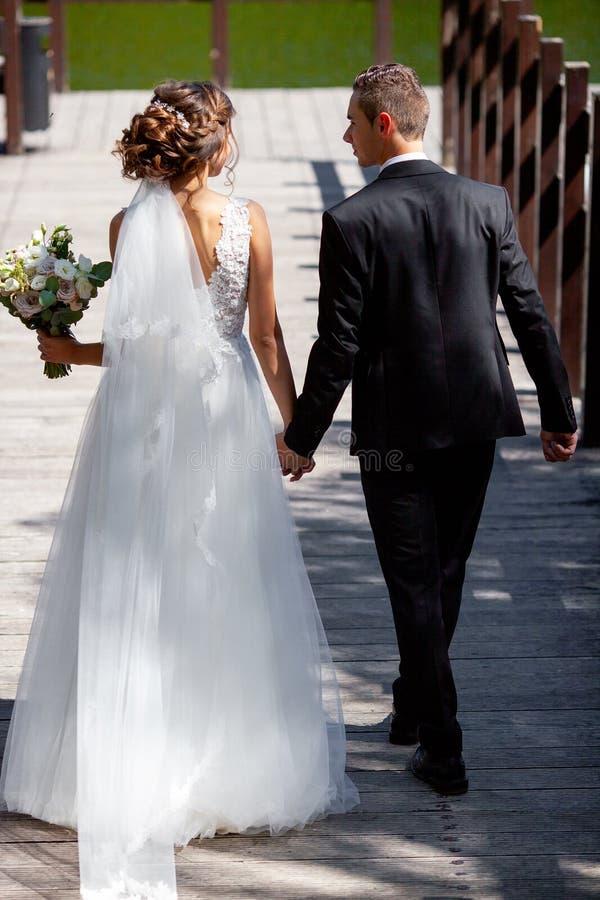 Очень красивая свадьба изумительная пара Милая невеста и стильные холят стоковое изображение