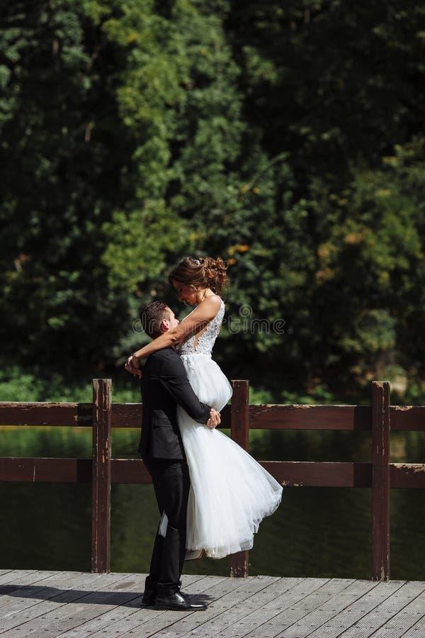Очень красивая свадьба изумляя пар Счастливые невеста и стильные холят стоковые фото