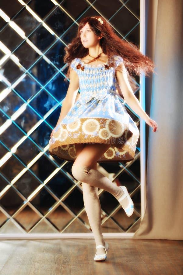 Очень нежная красивая девушка в стиле танцев аниме стоковые фото