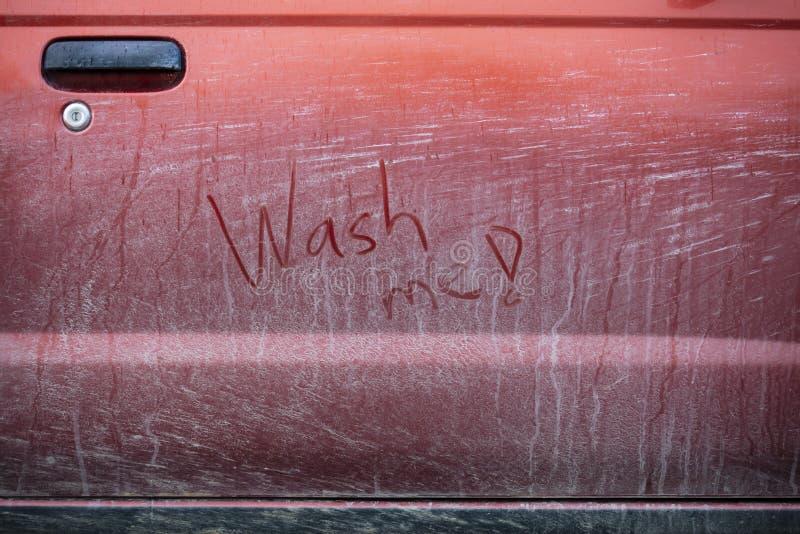Очень пакостный красный автомобиль в Финляндии стоковые изображения rf