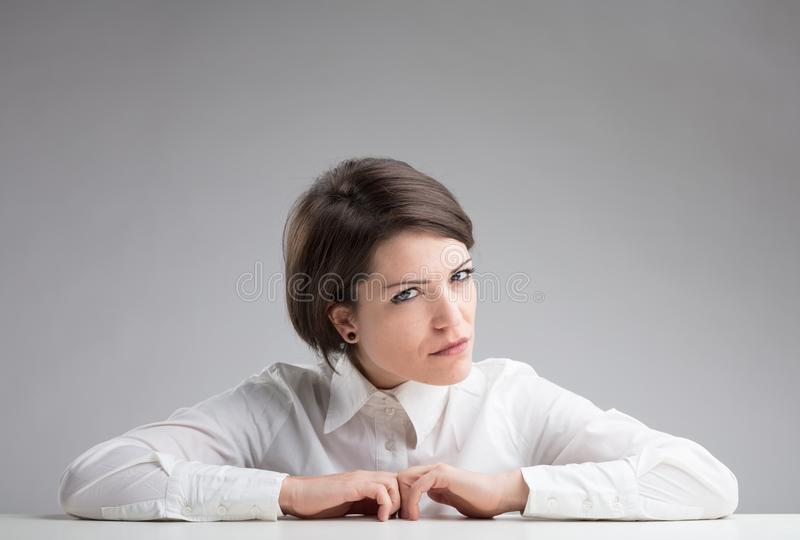 Очень подозрительная женщина пятная для того чтобы узнать стоковые фотографии rf
