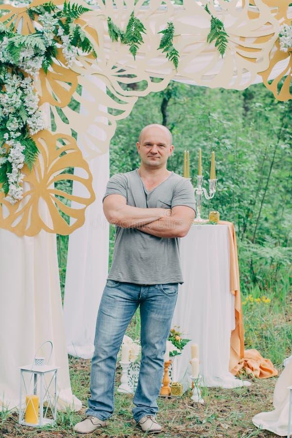 Очень славный и стильный человек в природе стоковое фото