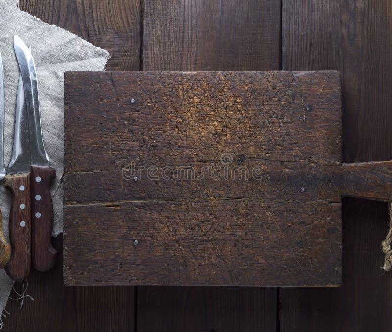 Очень старая коричневая деревянная разделочная доска кухни стоковые изображения rf