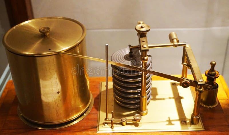 очень старая машина барометра стоковое фото