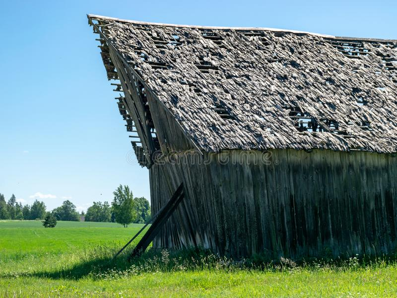 Очень старый деревянный амбар в сельской местности стоковое фото rf