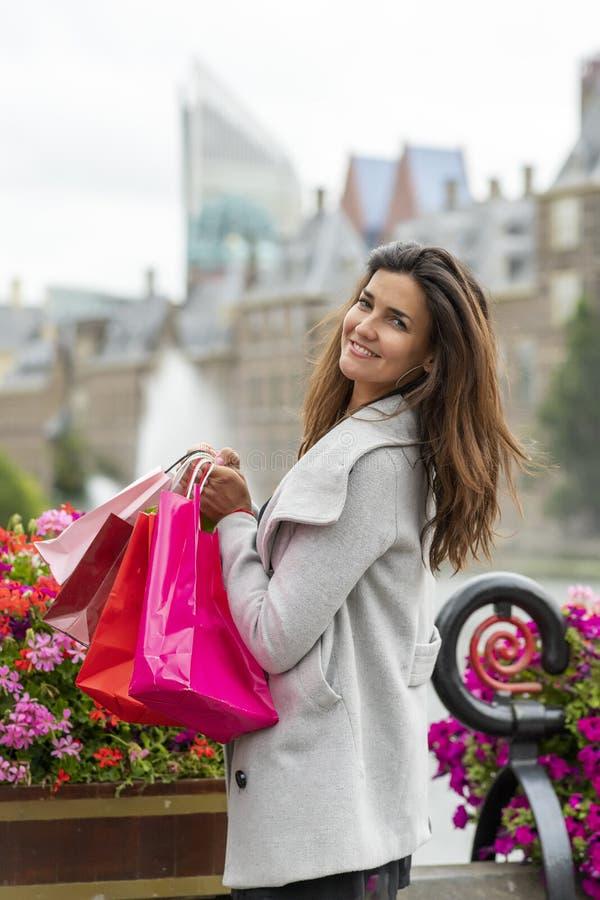Очень счастливая девушка с сумками для покупок стоковая фотография rf
