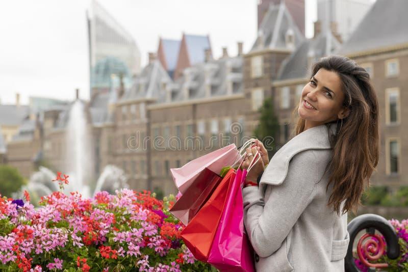 Очень счастливая девушка с сумками для покупок стоковые изображения