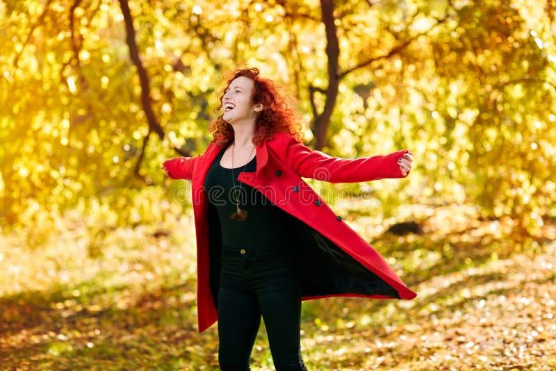 Очень счастливая девушка в лесе стоковое изображение