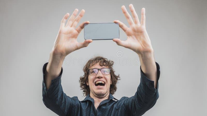 Очень счастливый человек делая selfie стоковое фото