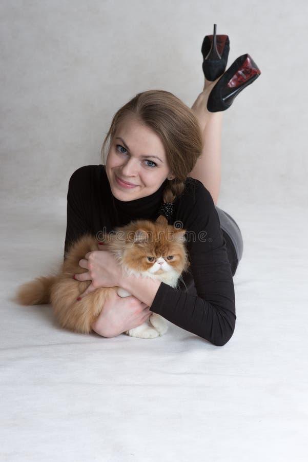 Очень славная девушка держит красного котенка стоковые фото
