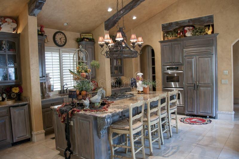 Очень славная кухня с большим островом стоковые фото