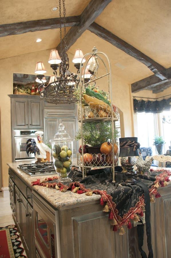 Очень славная кухня с большим островом стоковые изображения