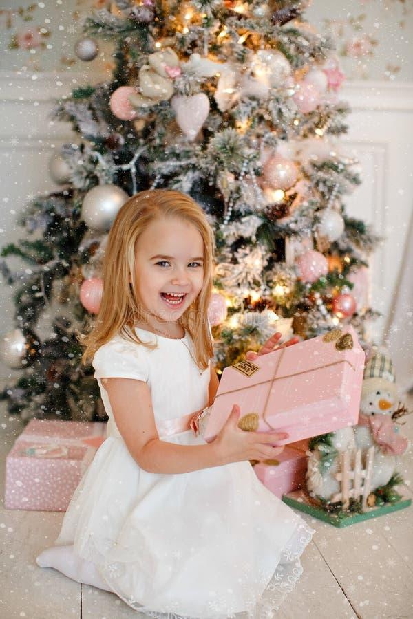Очень славная очаровательная блондинка маленькой девочки в белом смехе платья и стоковое фото rf