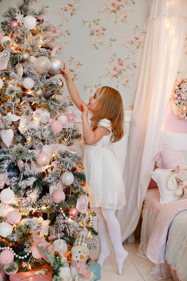 Очень славная очаровательная блондинка маленькой девочки в белом достижении платья стоковые изображения