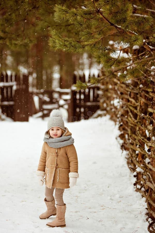 Очень славный красивый ребенок девушки в бежевом пальто и сером st шляпы стоковые фото