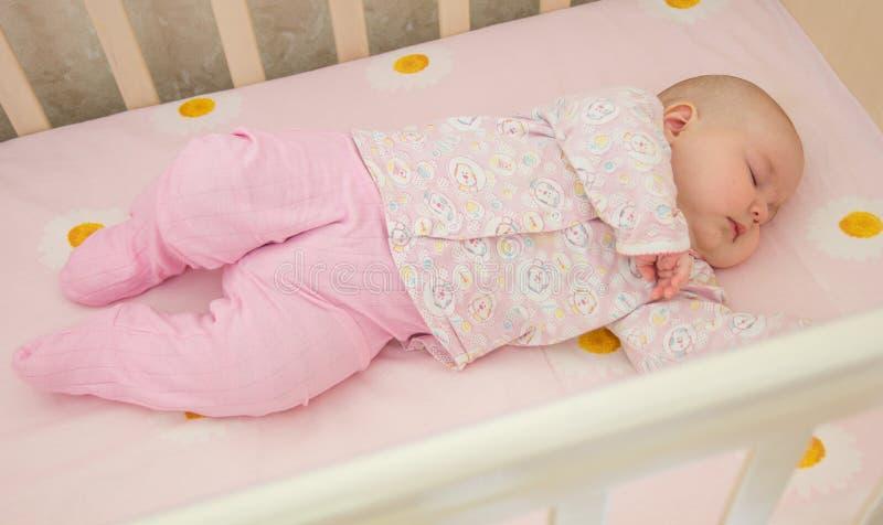 Очень славный сладостный младенец спать в шпаргалке стоковые фотографии rf