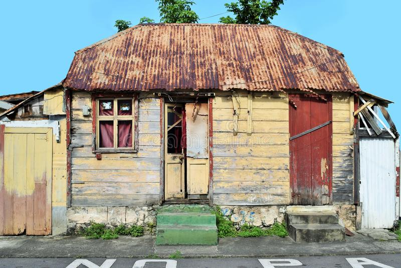 Очень типичный деревянный дом в Розо, столица Доминики в Вест-Инди стоковое изображение