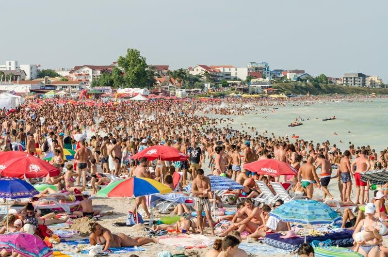 Очень толпить пляж вполне людей стоковое фото rf