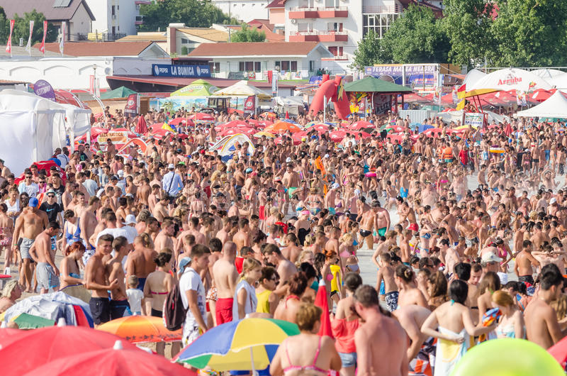 Очень толпить пляж вполне людей стоковая фотография