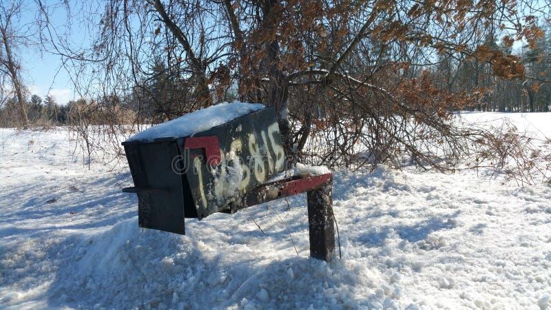 Очень уродский почтовый ящик в сельской установке стоковое фото
