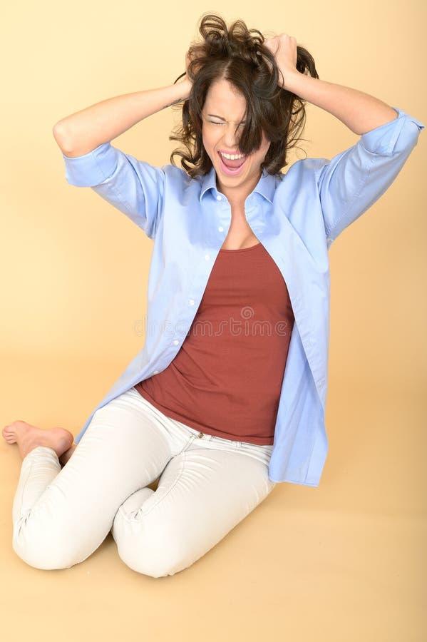 Очень усиленная молодая женщина кричащая вытягивающ вне волосы стоковые изображения rf