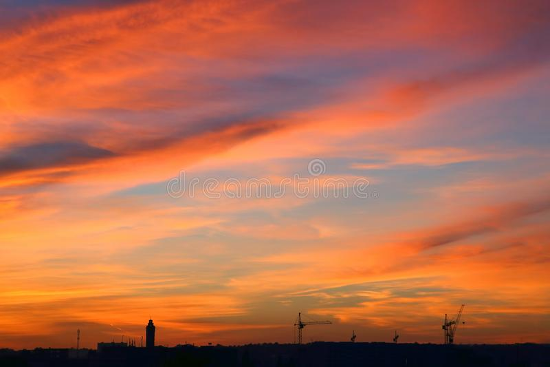 Очень яркий заход солнца над городом стоковые фотографии rf