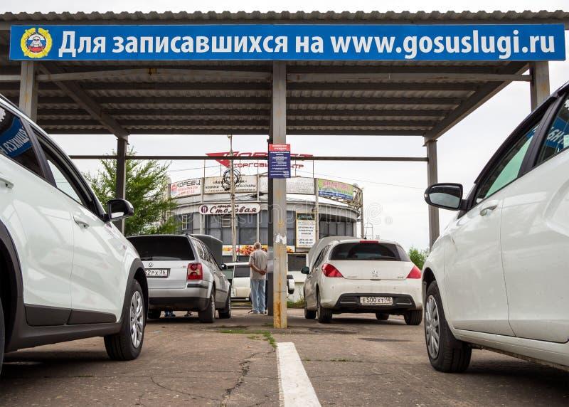 Очередь автомобилей для осмотра, была зарегистрирована до вебсайт Gosuslugi стоковые изображения rf